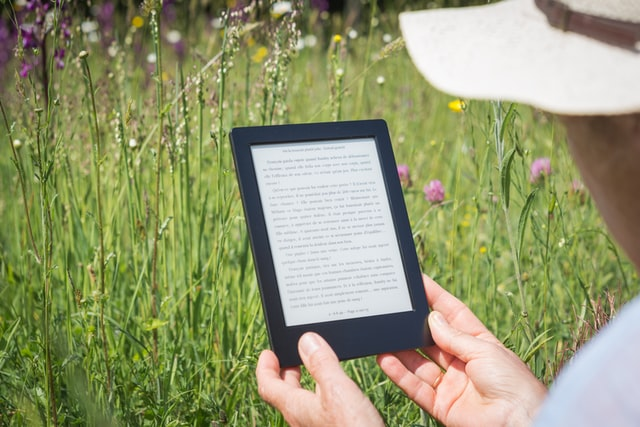 A women reading on kindle device